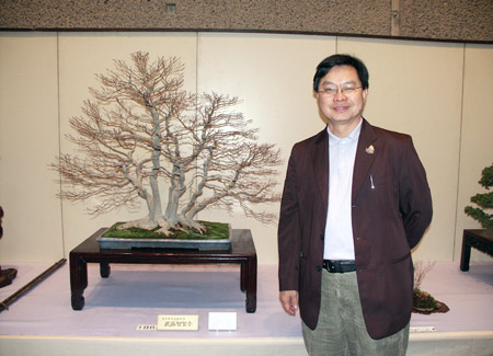 Suthin Sukolosvisit with his favorite bonsai