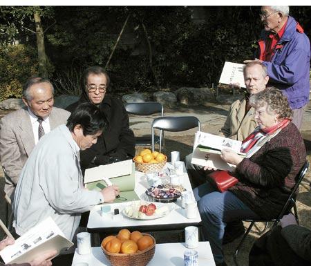 Masahiko Kimura autographing books