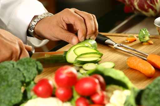 fotolia_2206111Chef%20cutting%20vegetables.jpg